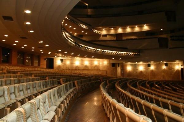 С 1991 г. театр работает в